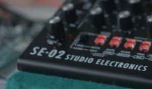 Starkes Duo: Roland & Studio Electronics kündigen SE-02 Analog-Synth an