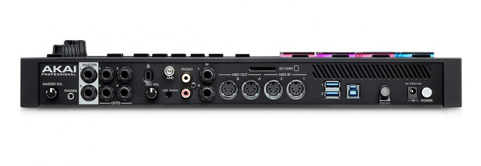Die Rückseite kann sich sehen lassen: drei Stereo-Ausgänge plus Kopfhörer, Line-in, Phono-in, je zwei MIDI-I/Os, zwei USB-Ports für externe Datenträger und MIDI-Controller, ein Slot für SD-Karten, ein Anschluss für SATA-Festplatten und die USB-Verbindung für den Rechner.