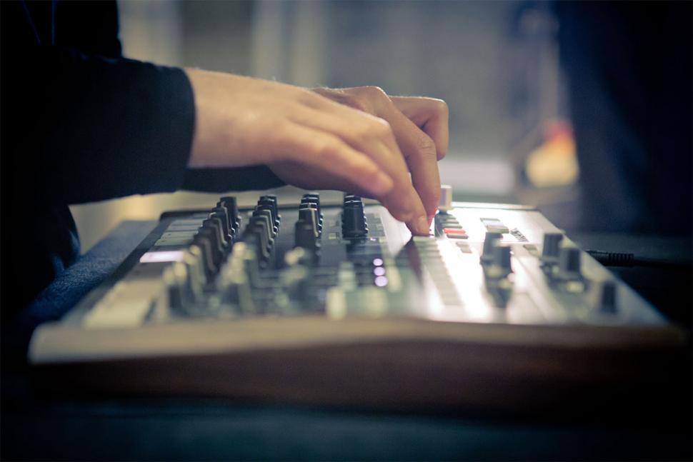Viele Drums und ein Sequenzer: Ist der DrumBrute das ultimative Live-Tool?