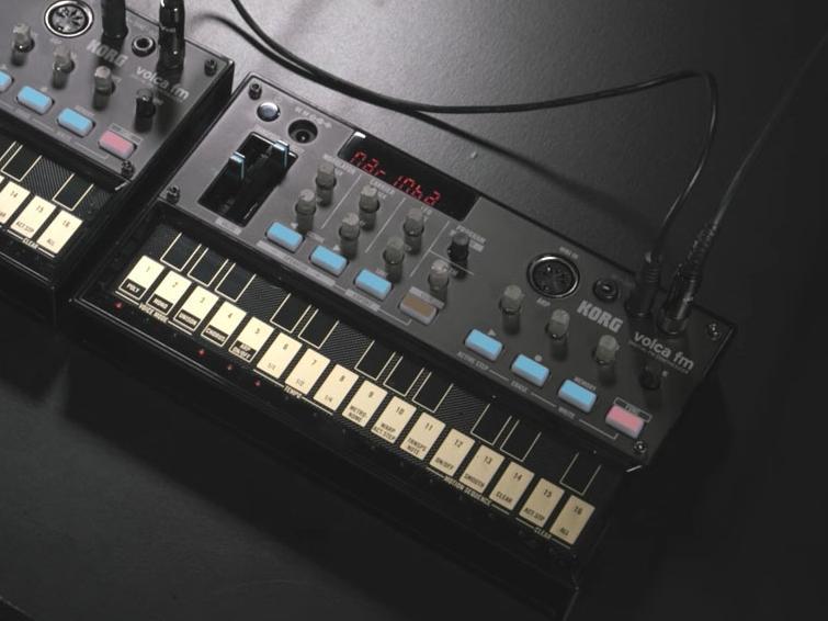 Ein DX7 zum Mitnehmen: Der Volca FM steckt im gleichen handlichen Gehäuse wie seine Brüder und kann auch mit Batterien betrieben werden.