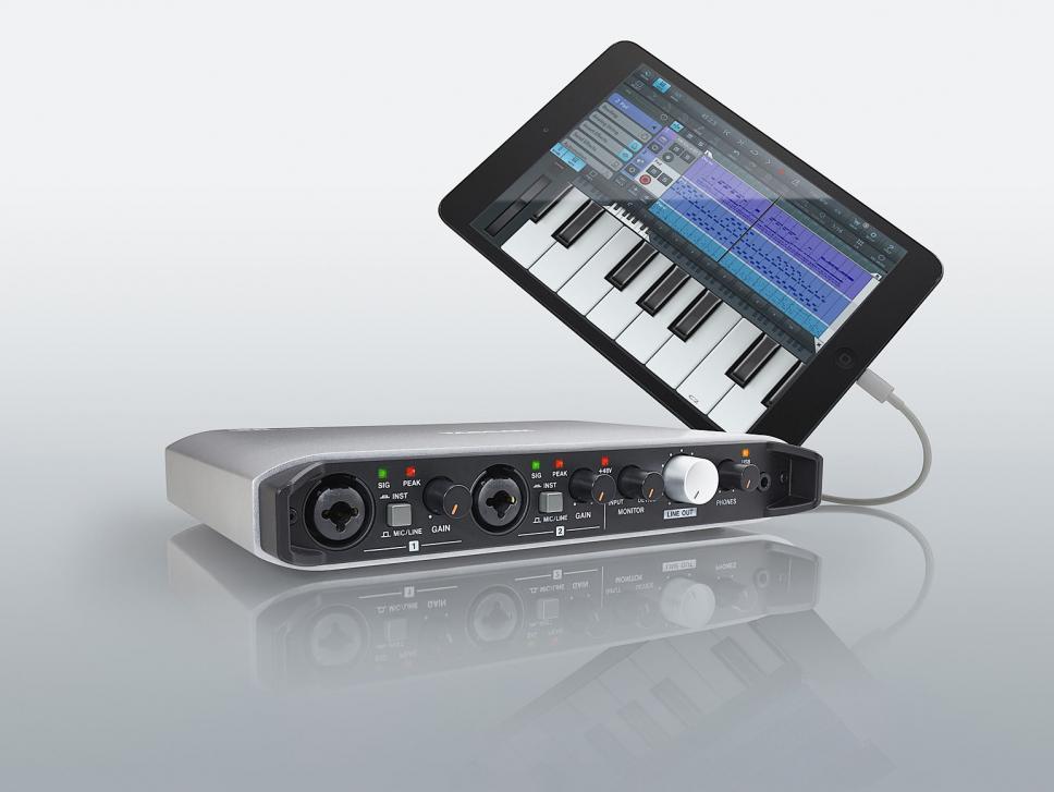Tascams iXR-Interface verfügt über eine zweite USB-Buchse, über die Sie Ihr iPad oder iPhone direkt per Apple-Ladekabel verbinden können.