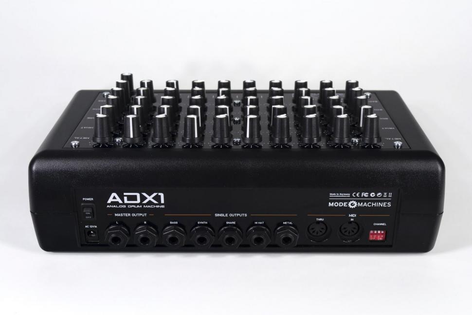 Da gerade analoge Drumsounds sehr von externer Nachbearbeitung profitieren, sind Einzelausgänge Pflicht. Der Nutzen ist beim ADX-1 aber leider eingeschränkt, da das Instrument weiterhin in der Stereosumme zu hören ist.