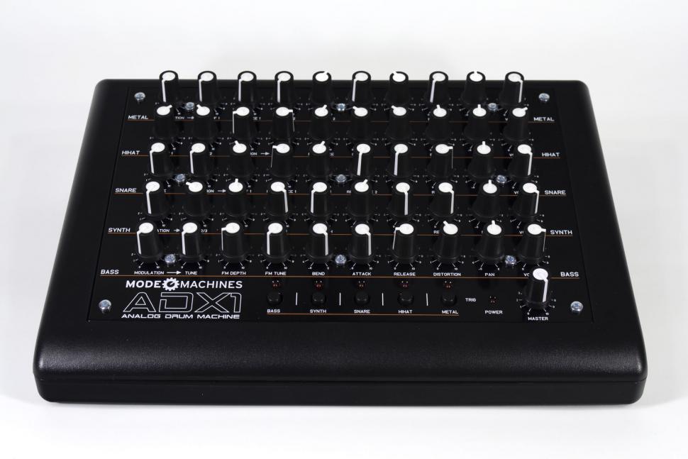 An Reglern wurde beim ADX-1 nicht gespart, Sie haben direkten Zugriff auf alle Klangparameter. Der Drumexpander bietet fünf Instrumente, die auch direkt am Gerät getriggert werden können.