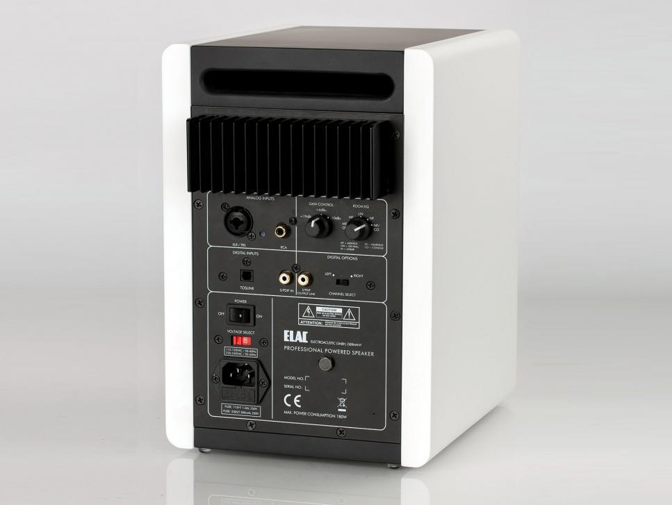 Neben analogen und digitalen Anschlüssen finden Sie auf der Rückseite auch eine effektive Klangregelung.