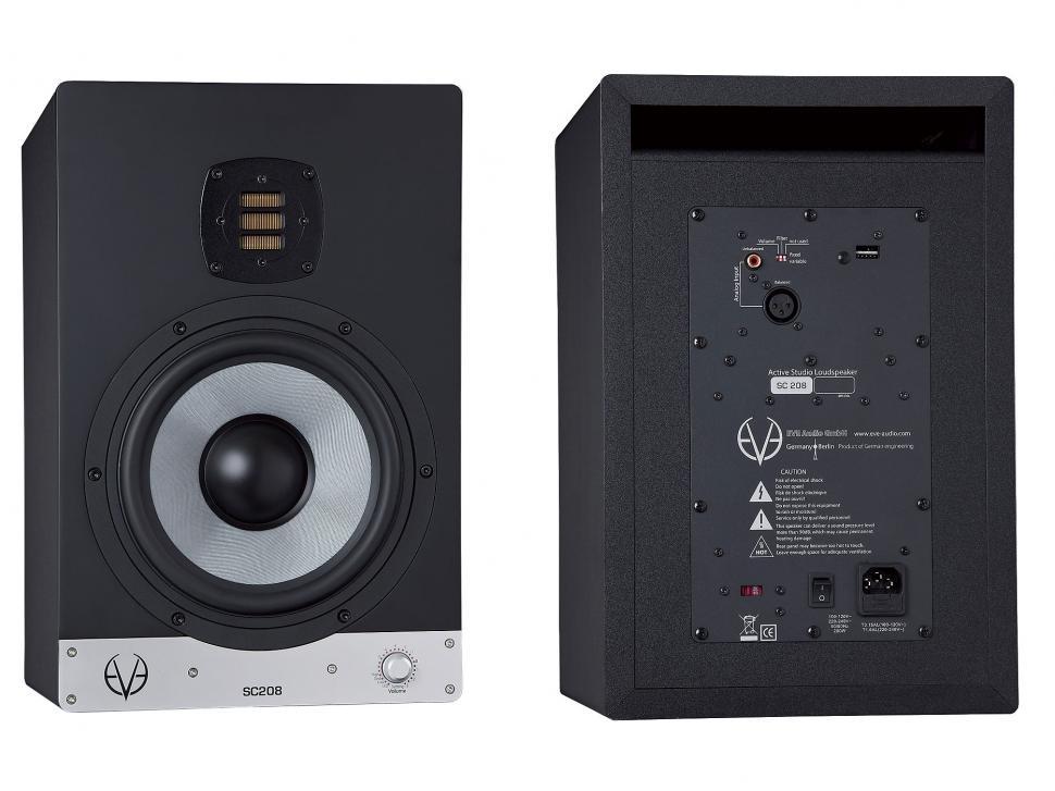 Die rückseitige Bassreflexöffnung des Eve Audio SC208 besitzt einen großen Querschnitt, was die druckvolle und präzise Basswiedergabe unterstützt und Strömungsgeräusche vermeidet.