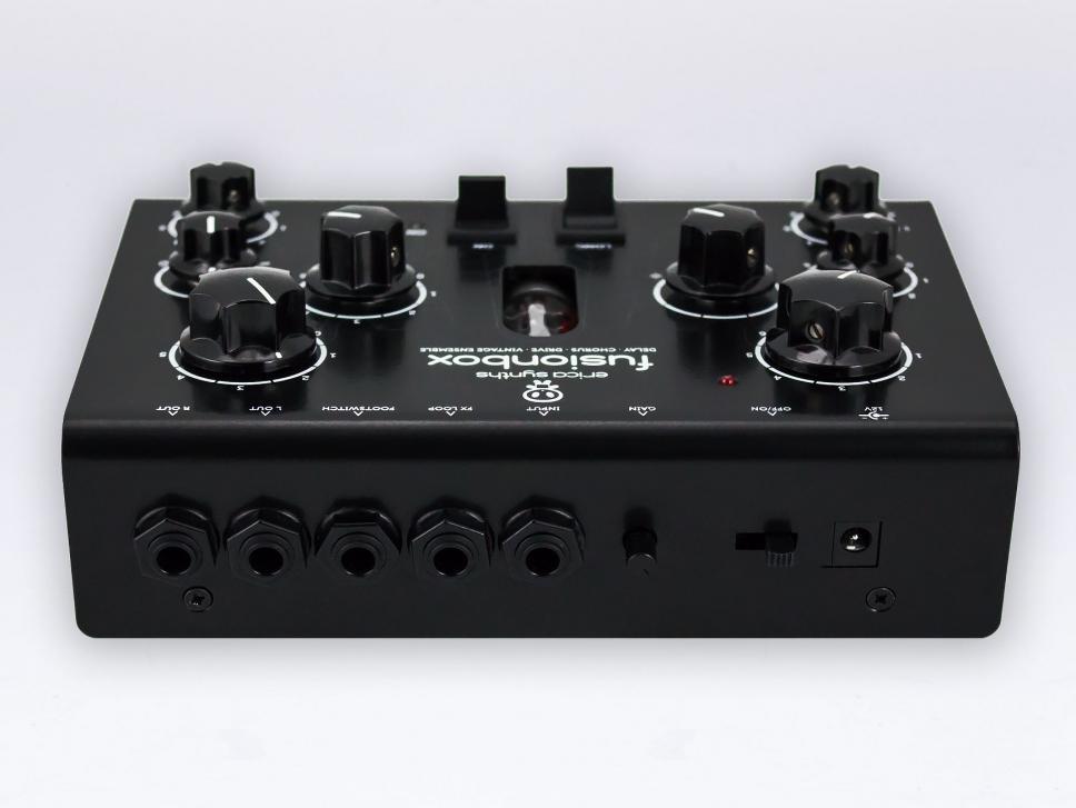 An den Audioeingang können Sie neben Line-Signalen auch eine Gitarre oder anderes Equipment mit niedrigem Pegel anschließen.