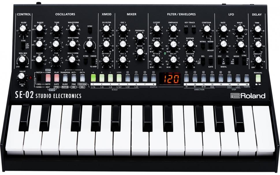 Der SE-02 ist kompatibel zu dem optionalen Keyboard K-25m, das Bedienfeld kann in zwei Winkeln aufgestellt werden.