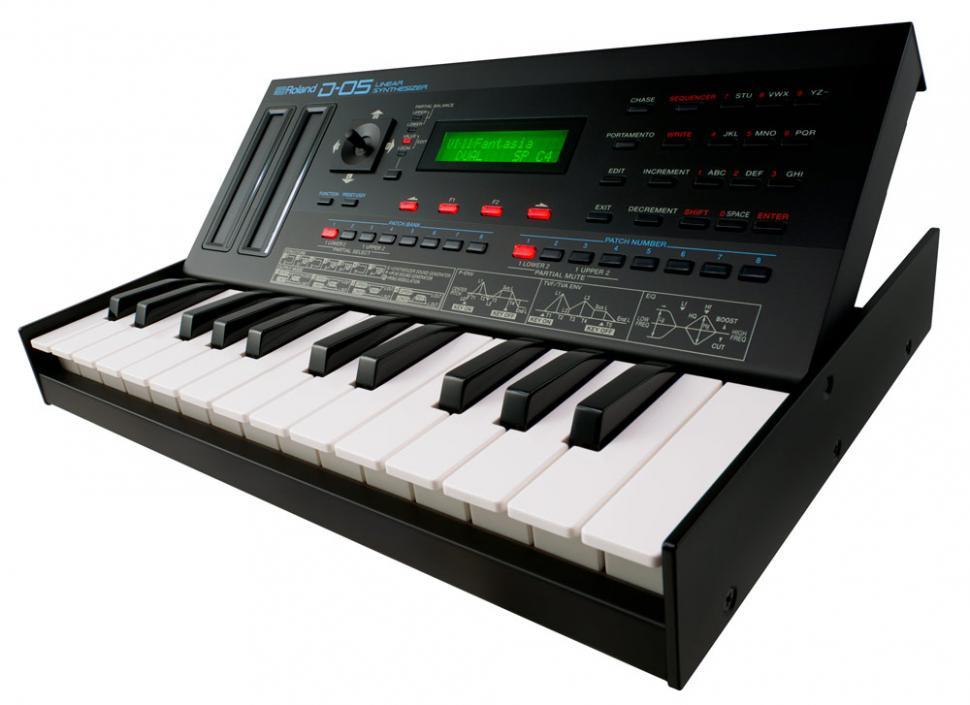 Der D-05 ist kompatibel zu dem optionalen Keyboard K-25m, das Bedienfeld kann in zwei Winkeln aufgestellt werden.