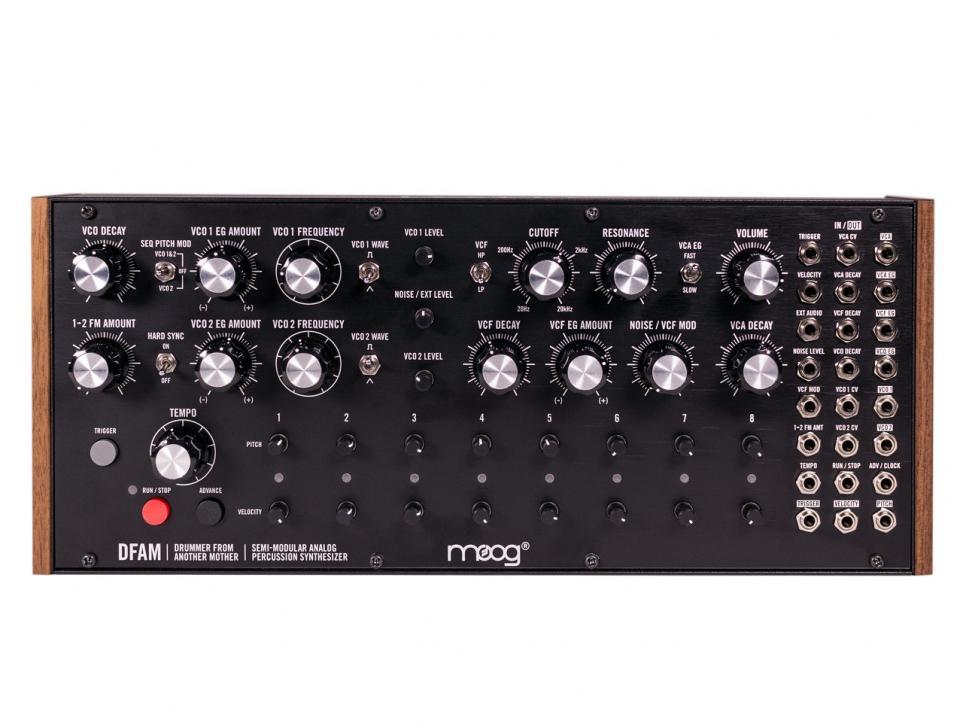 Über 24 Buchsen lässt sich die Klangerzeugung des semimodularen Synthesizers aufbohren, zudem erlaubt die Patchbay eine flexible Verknüpfung mit einem Modularsystem.