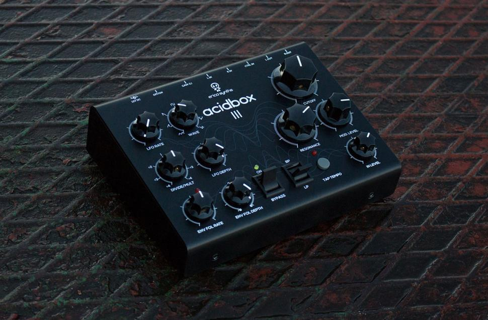 Die Acidbox III bietet erstmals Stereo-Eingänge und -Ausgänge. Der Kontrolleingang bietet verschiedene Optionen zur externen Steuerung der Parameter der Filterbox.