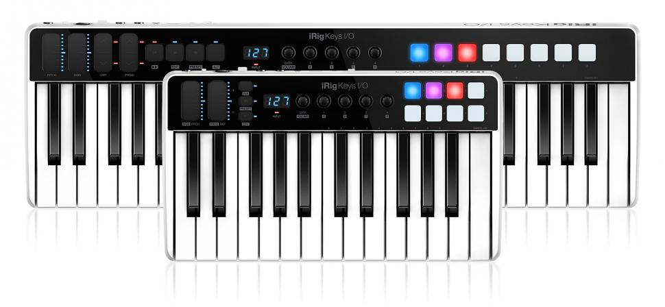 Zum Lieferumfang gehört auch eine Standvorrichtung für Tablets, die auf der Rückseite des Keyboards eingesteckt werden kann, ohne die Anschlüsse zu verdecken.