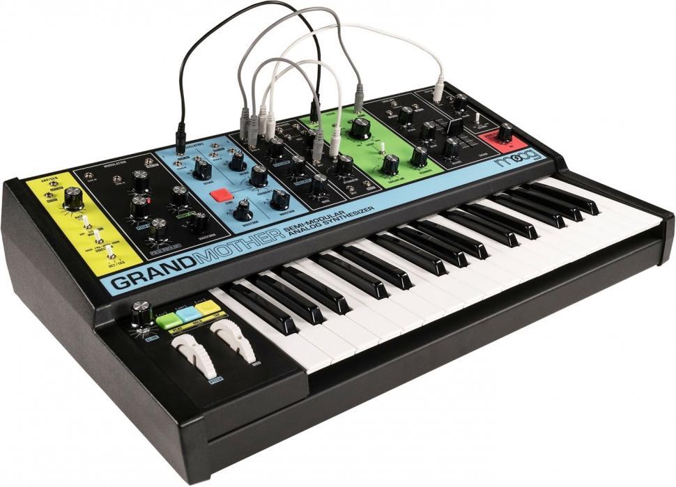 Über 41 Buchsen lässt sich die Klangerzeugung des semi-modularen Synthesizers aufbohren, zudem erlaubt dies eine flexible Verknüpfung mit einem Modularsystem.